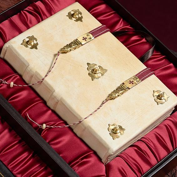 Az első összefüggő magyar nyelvemlék, a Pray-kódex díszmásolatát kapja ajándékba Ferenc pápa